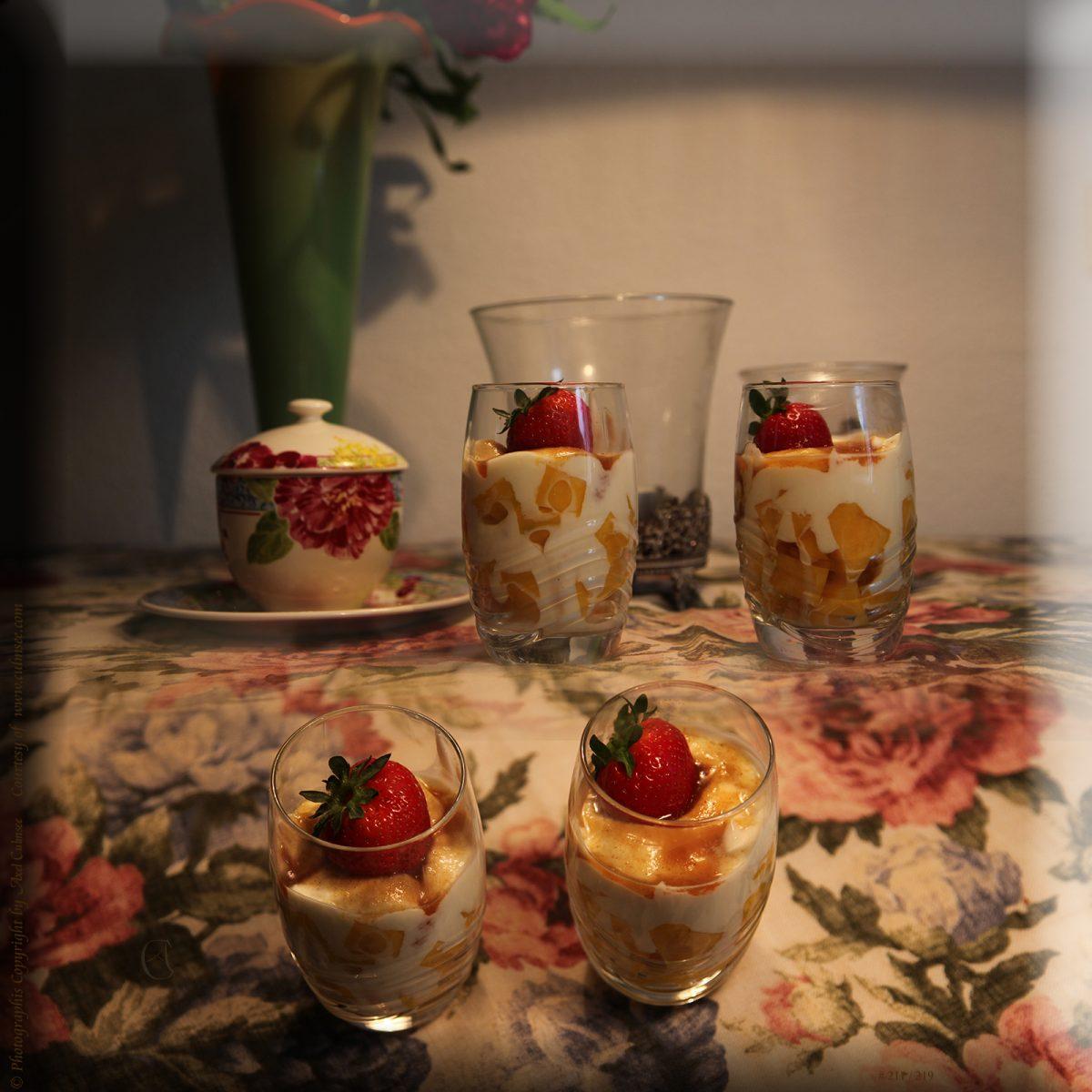 Mango-Quaderchen in griechischer Joghurt-Mousse avec Fraise sauvage unter Rohrzucker-Hauch